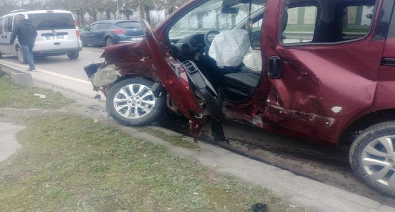 İki Araç Çarpıştı 3 Kişi Yaralandı