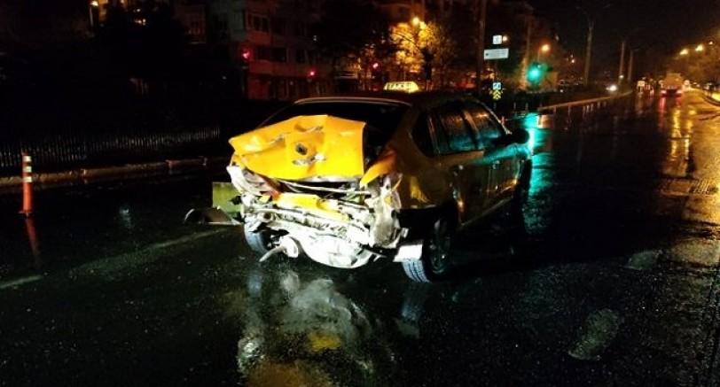 Kamyonet Kırmızı Işıkta Bekleyen Taksiye Çarptı 1 Yaralı
