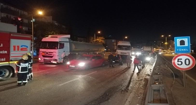 Karşı Şeride Geçen Otomobil 2 Araca Çarptı 3 Yaralı