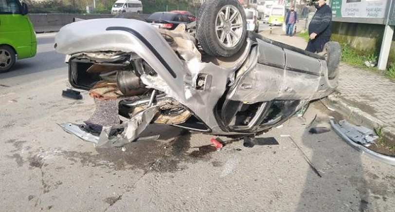 Otomobil Refüje Çarptı 5 Yaralı