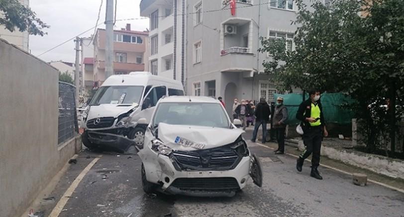 Otomobil Servis Minübüsü İle Çarpıştı 5 Yaralı