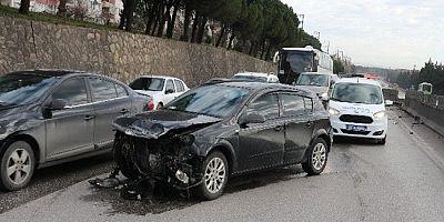 Otomobil Refüje Çarptı 1 Yaralı